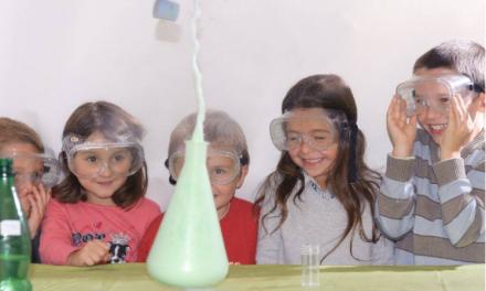 Animation d'anniversaire : les expériences scientifiques ravissent les enfants