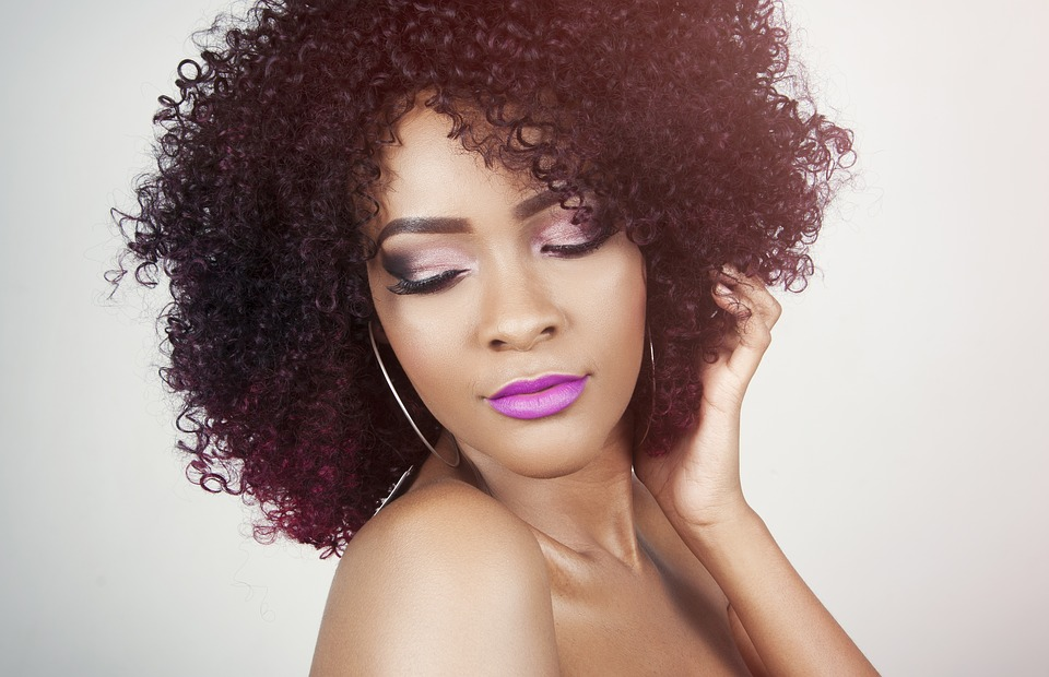 Cheveux frisés : les bons gestes pour en prendre soin