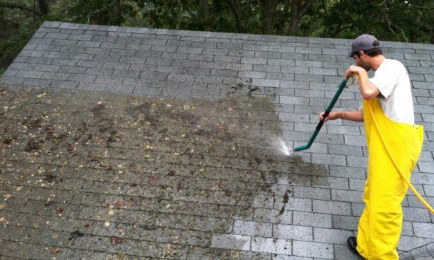 Nettoyer sa toiture à haute pression : bonne ou mauvaise idée ?